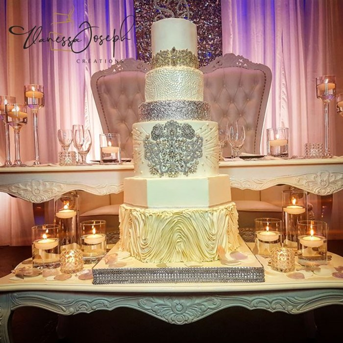 white and silver wedding cake with diamant brooch